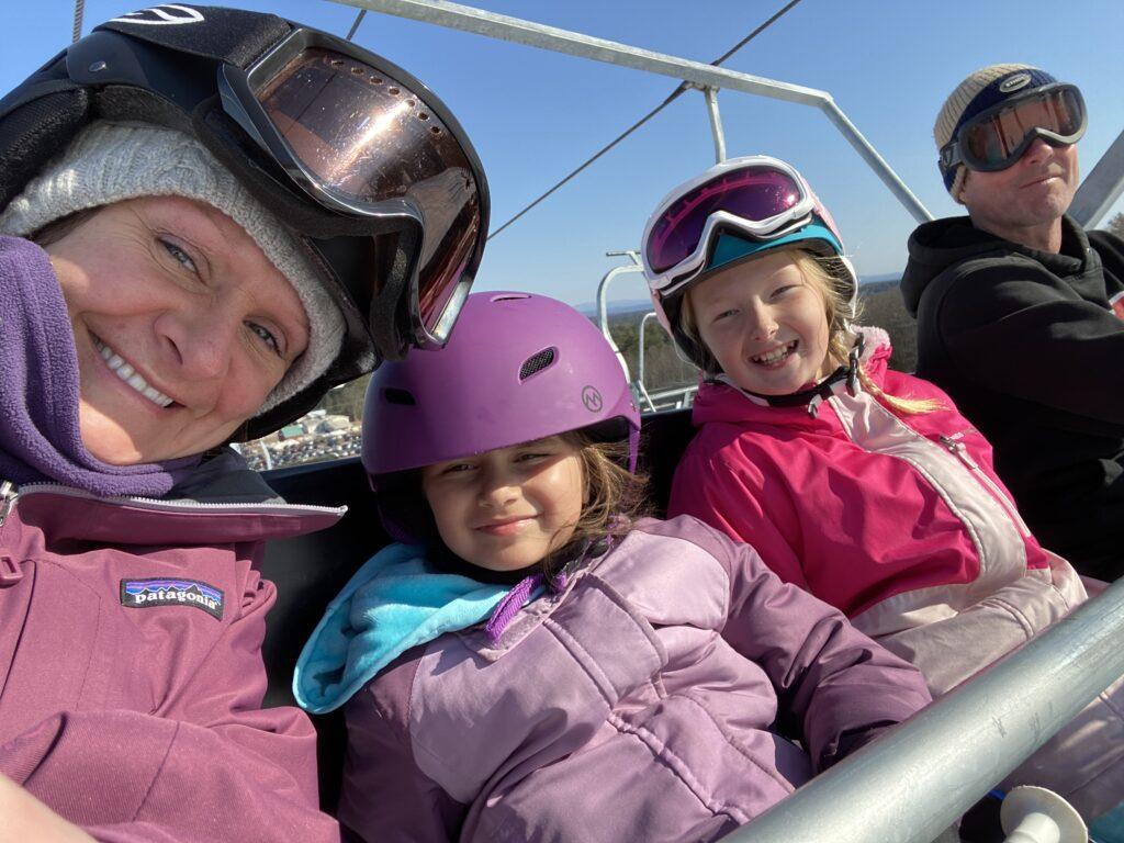 happy-image-ski-club-on-lift-1024x768